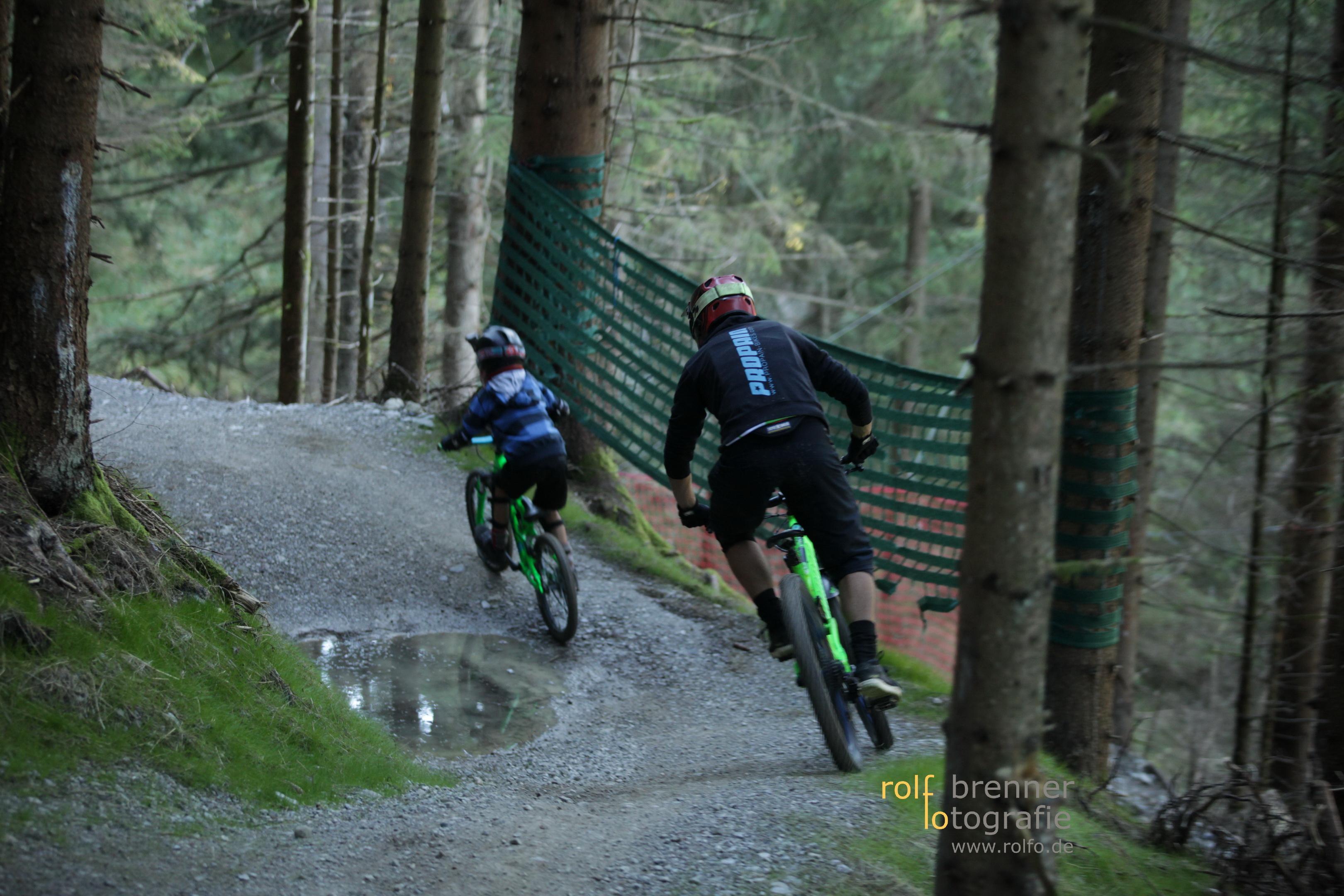 Vater und Sohn haben Spaß im Bike Park Hornbahn in Bad Hindelang im Allgäu