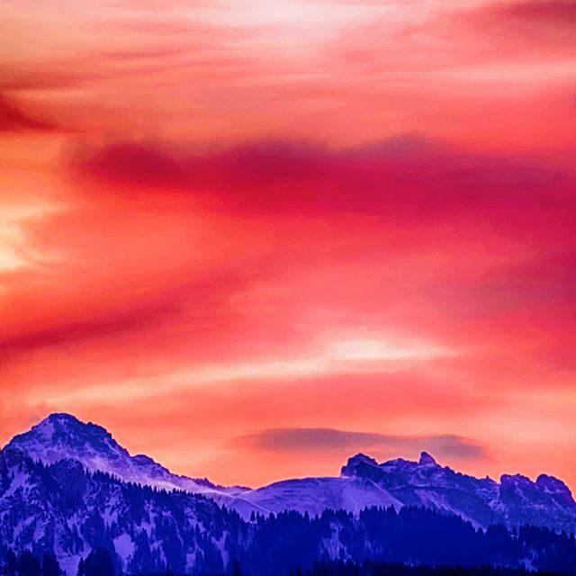 Roter Morgenhimmel über der Schochenspitze.