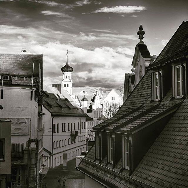 Das Kemptener Rathaus in schwarz-weiß.