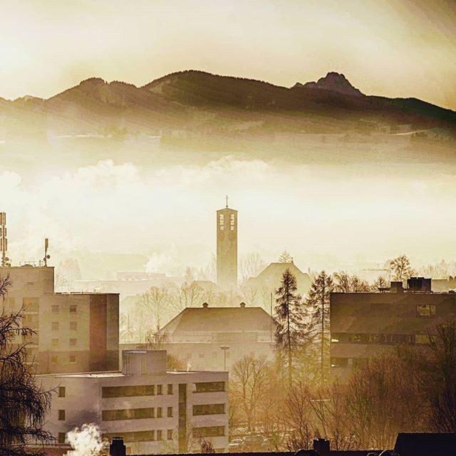 St Mariä Himmelfahrt, der Nebel und die Alpen.