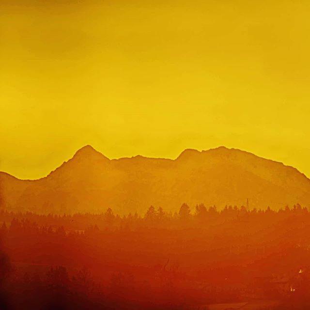 Geierkopf und hoher Straußberg beim Sonnenaufgang.