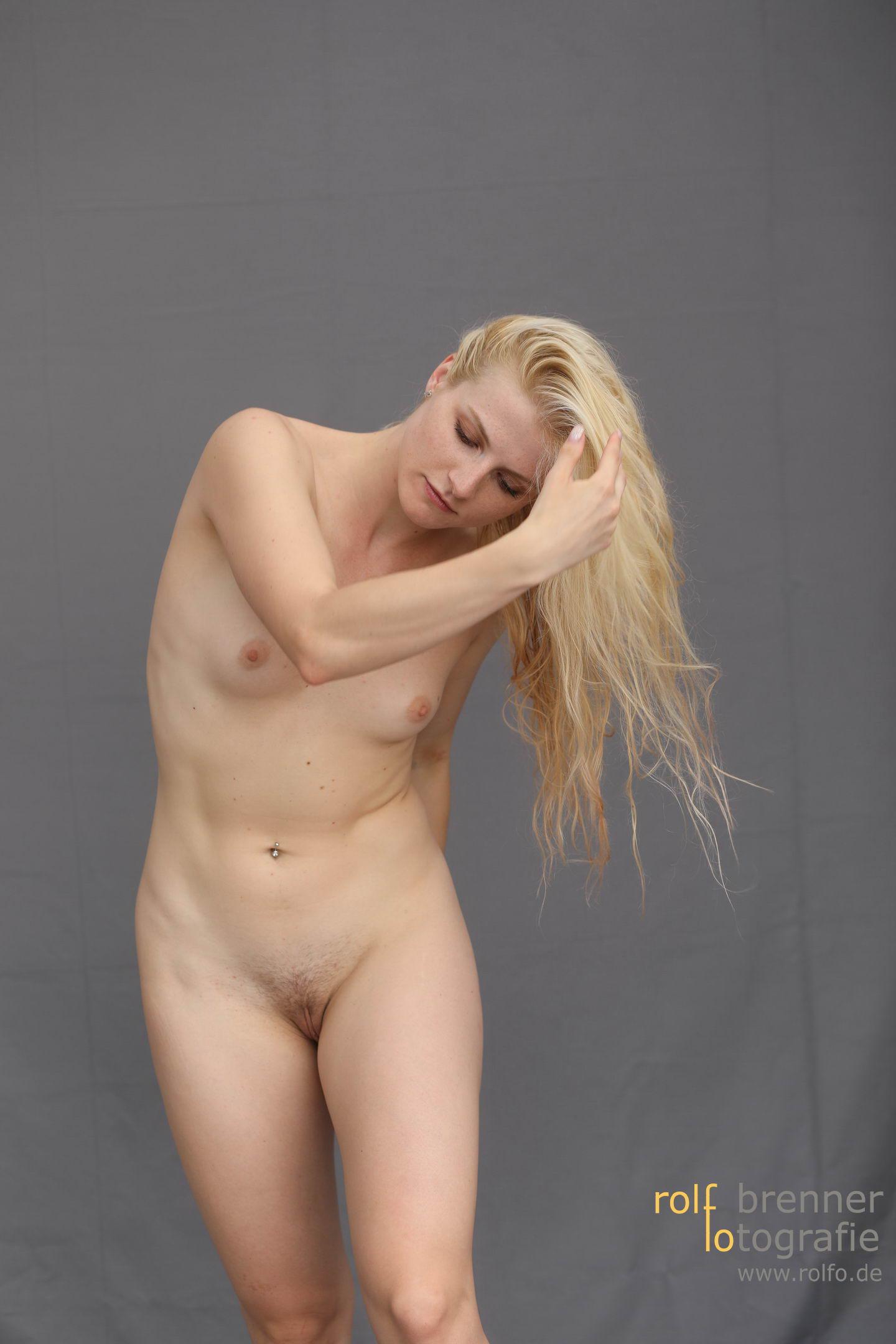 Schöne nackte blonde Frau
