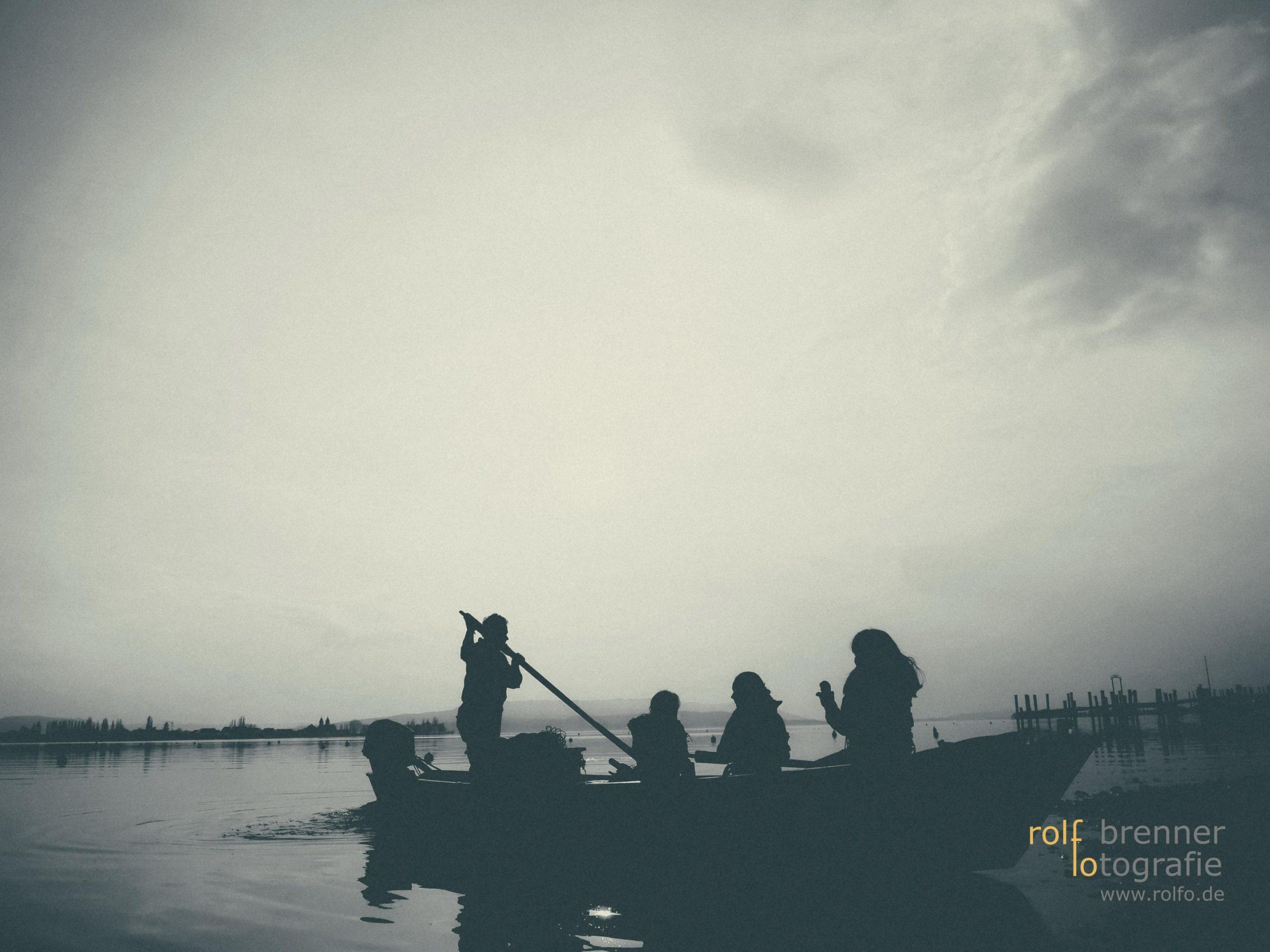 Fischerboot und junge Gäste in Allensbach am Bodensee