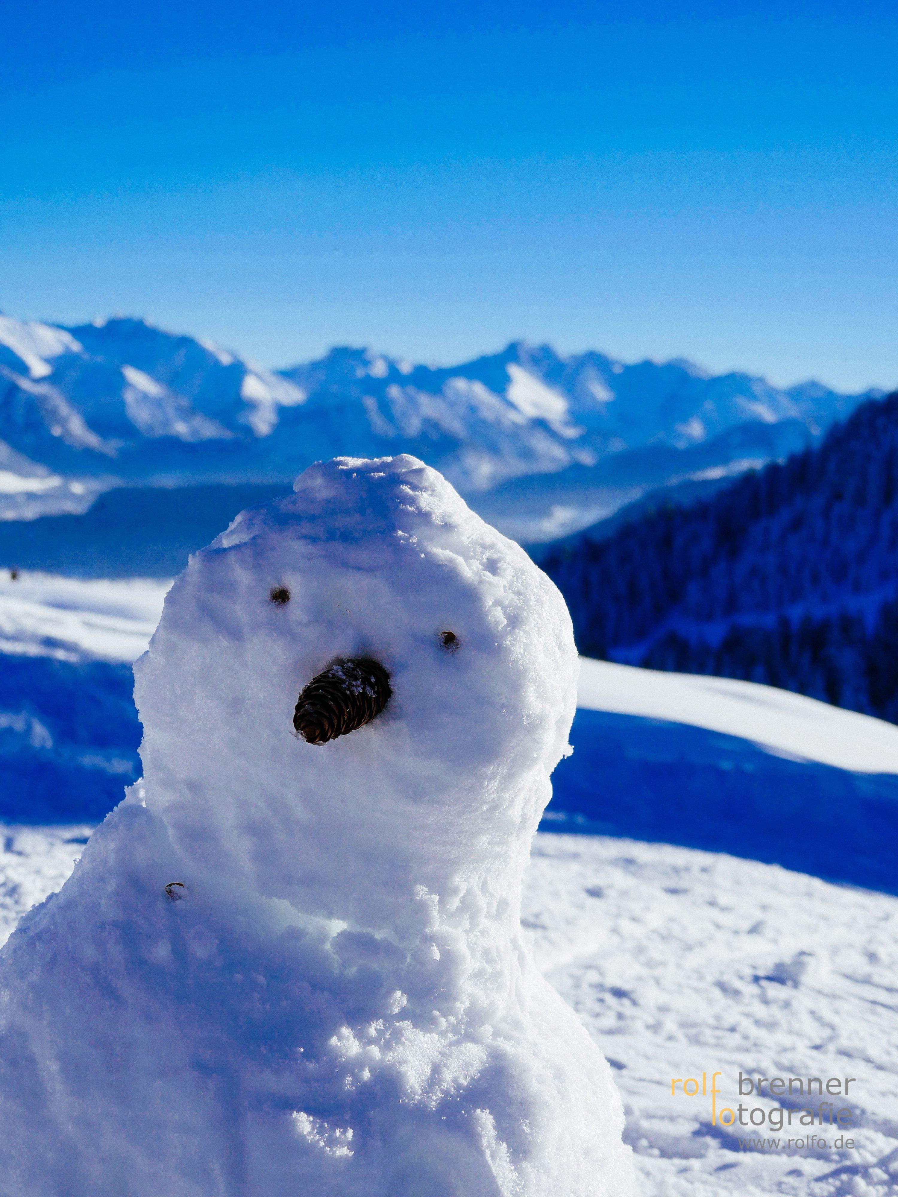 Schneemann vor den Allgäuer Alpen