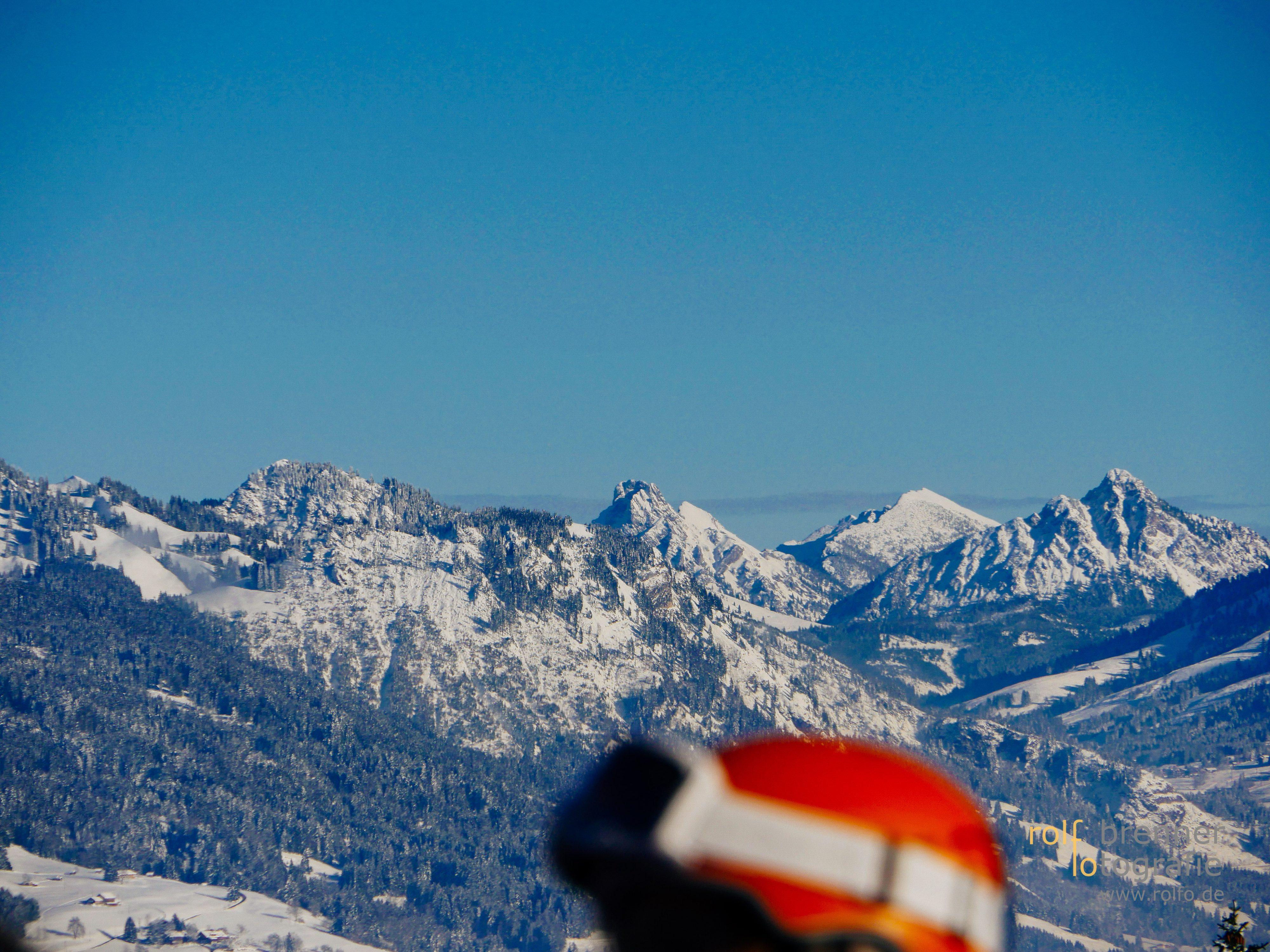 Skihelm und Berge
