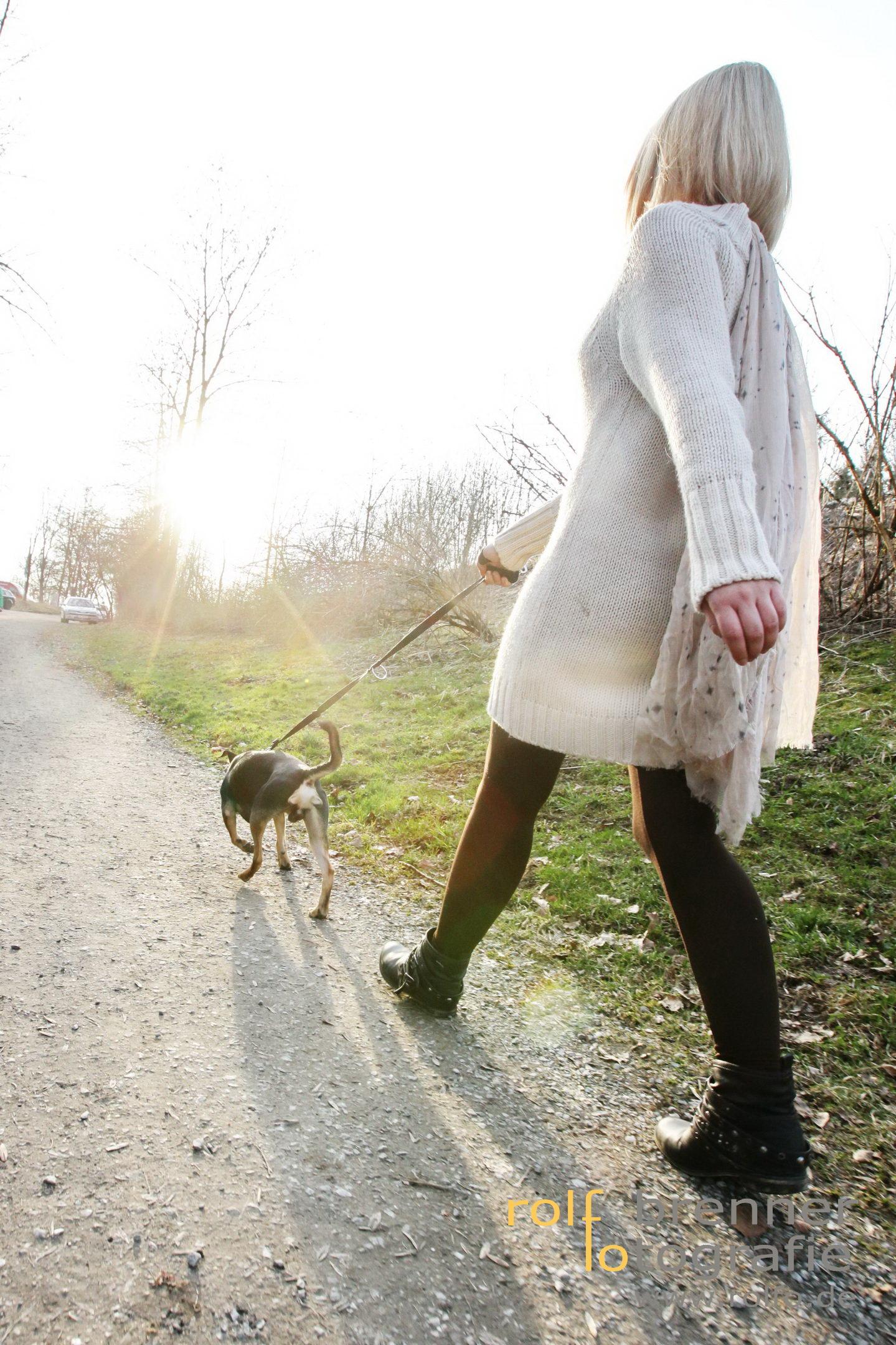 Frau mit Hund am Bachtelweiher in Kempten im Allgäu