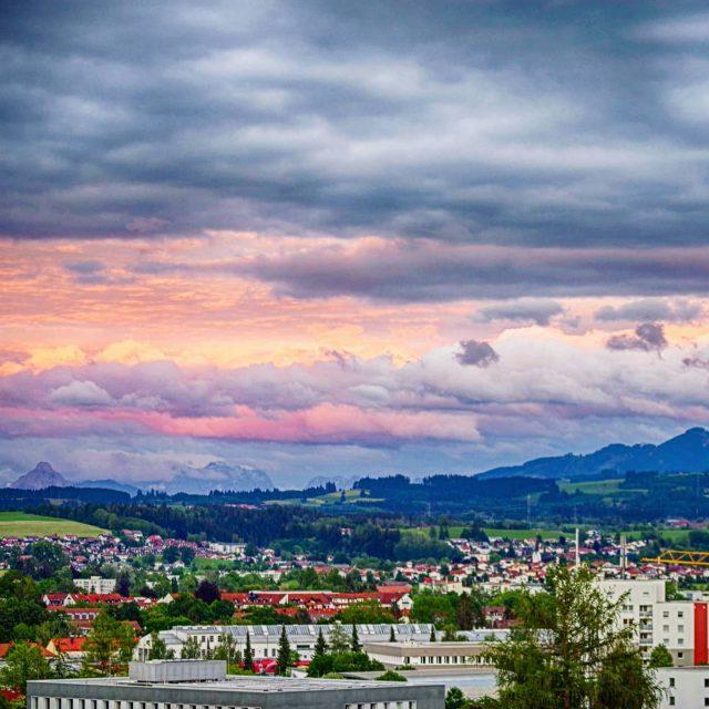 Dramatischer Himmel über der Fachhochschule.