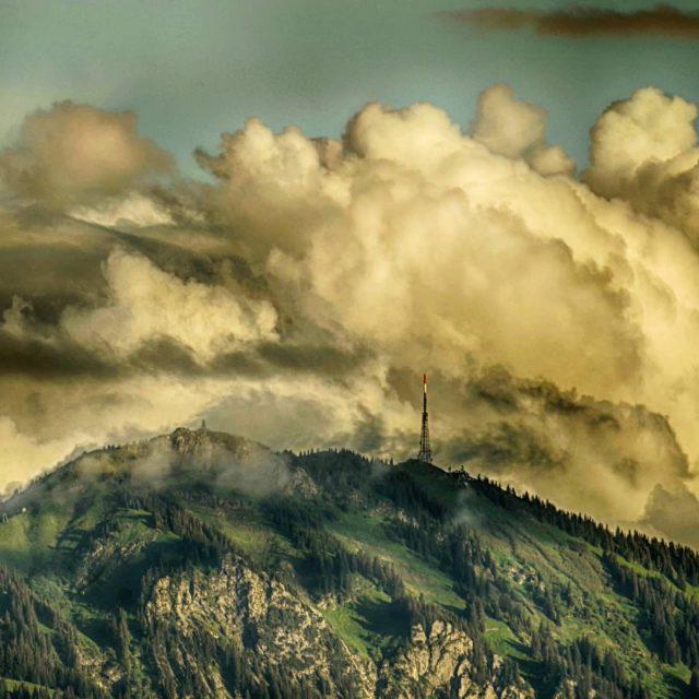 Dunkle Wolken über dem Grünten.
