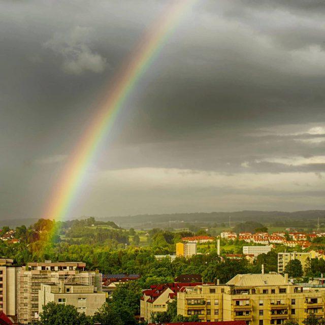 Regenbogen in der Stadt.