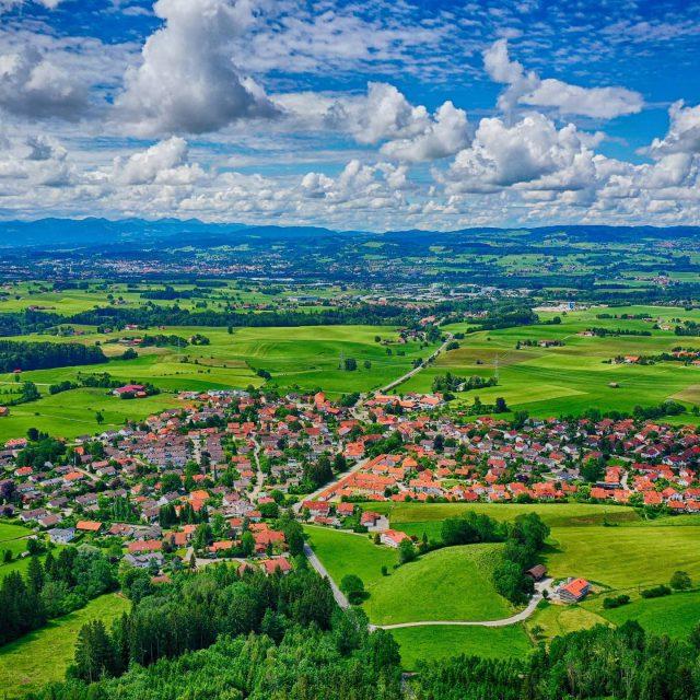 Luftbild von Börwang mit Kempten im Hintergrund.