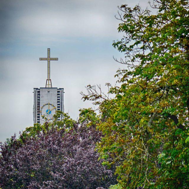 St Ulrich ragt aus den Bäumen heraus.