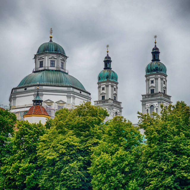 Die Basilika von Hofgarten aus gesehen.