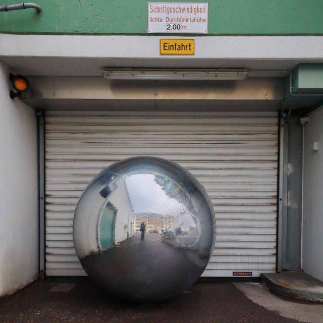 Silberball in der Einfahrt - kempten, allgäu, einfahrt, sphere, ball, silverball, silberball