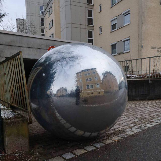 Silberball ruht sich aus. - kempten, ausruhen, allgäu, sphere, ball, silverball, silberball