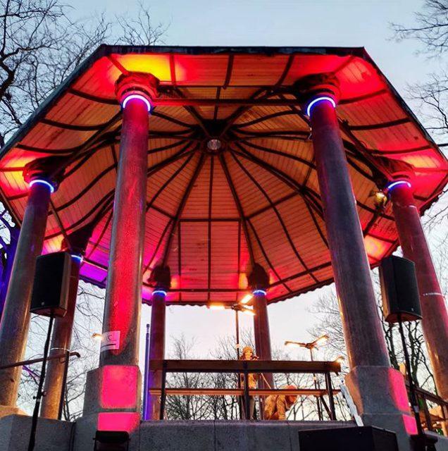 Vivid Curls im schön beleuchteten Pavillon.