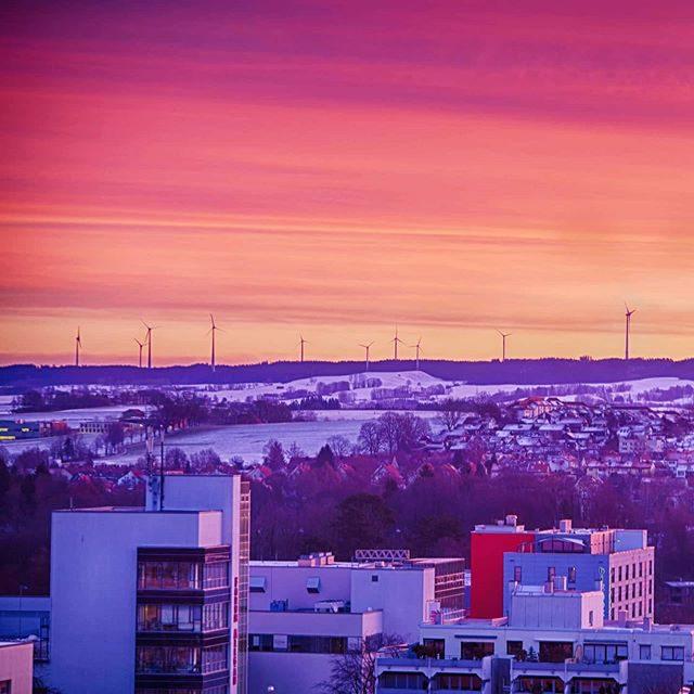 Sonnenaufgang über BigBox und Forum Allgäu.