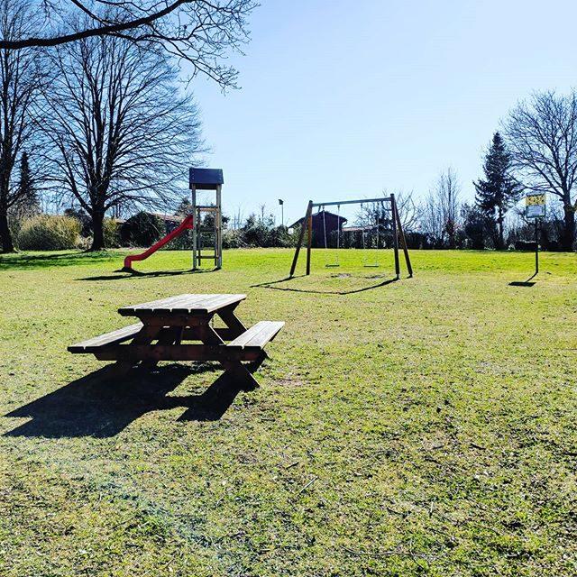 Leerer Spielplatz am Stadtweiher.