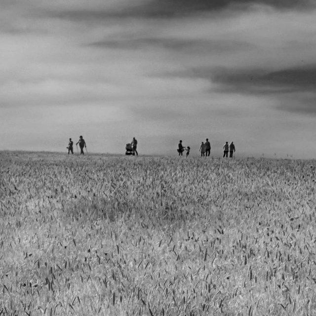 Menschen auf einem Feldweg in der Dreifaltigkeit.
