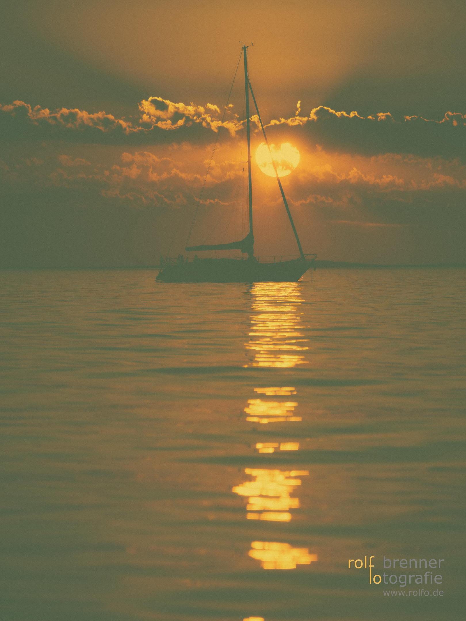 Segelboot bei Sonnenuntergang