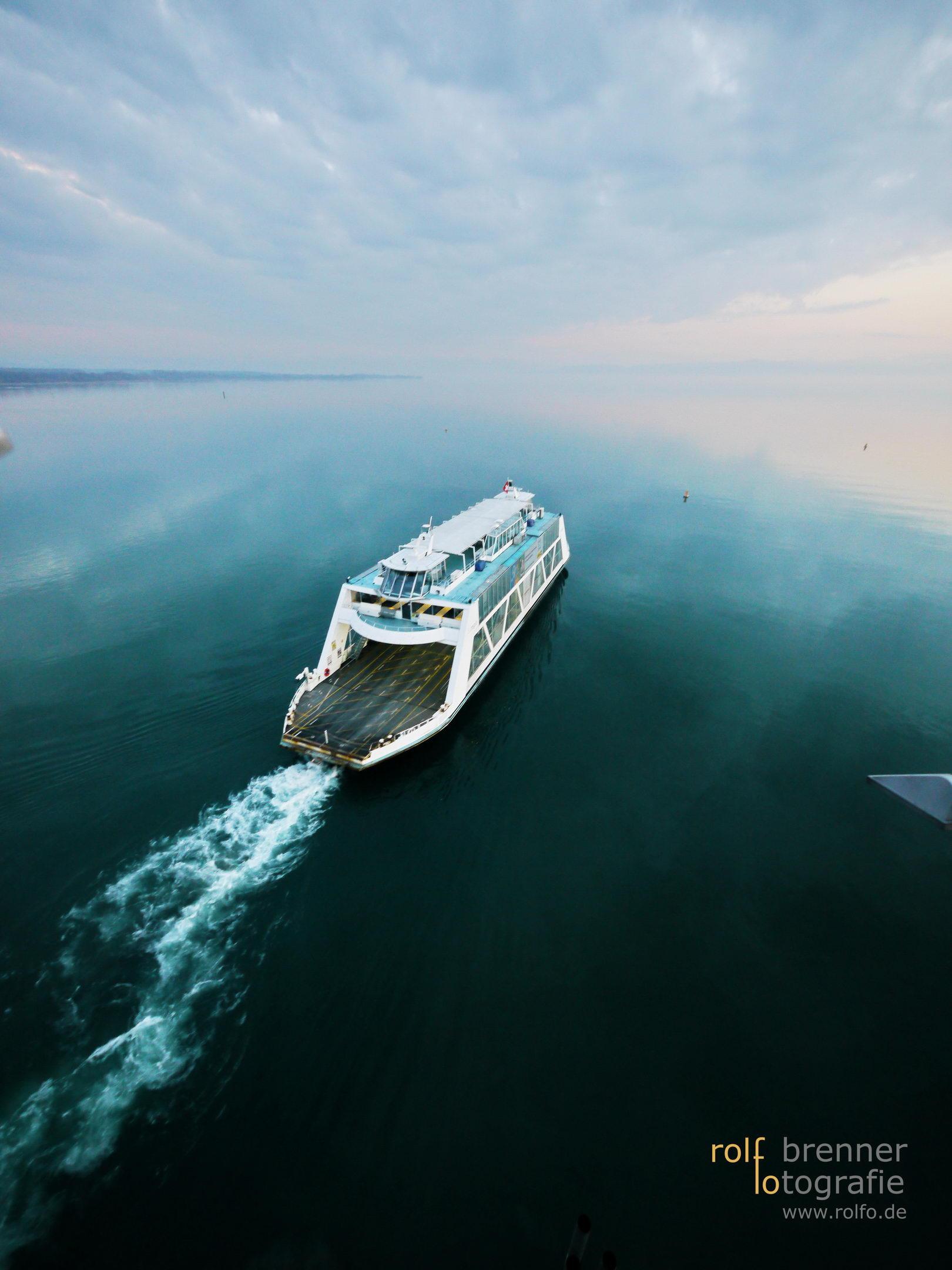Fähre verlässt den Hafen in Friedrichshafen