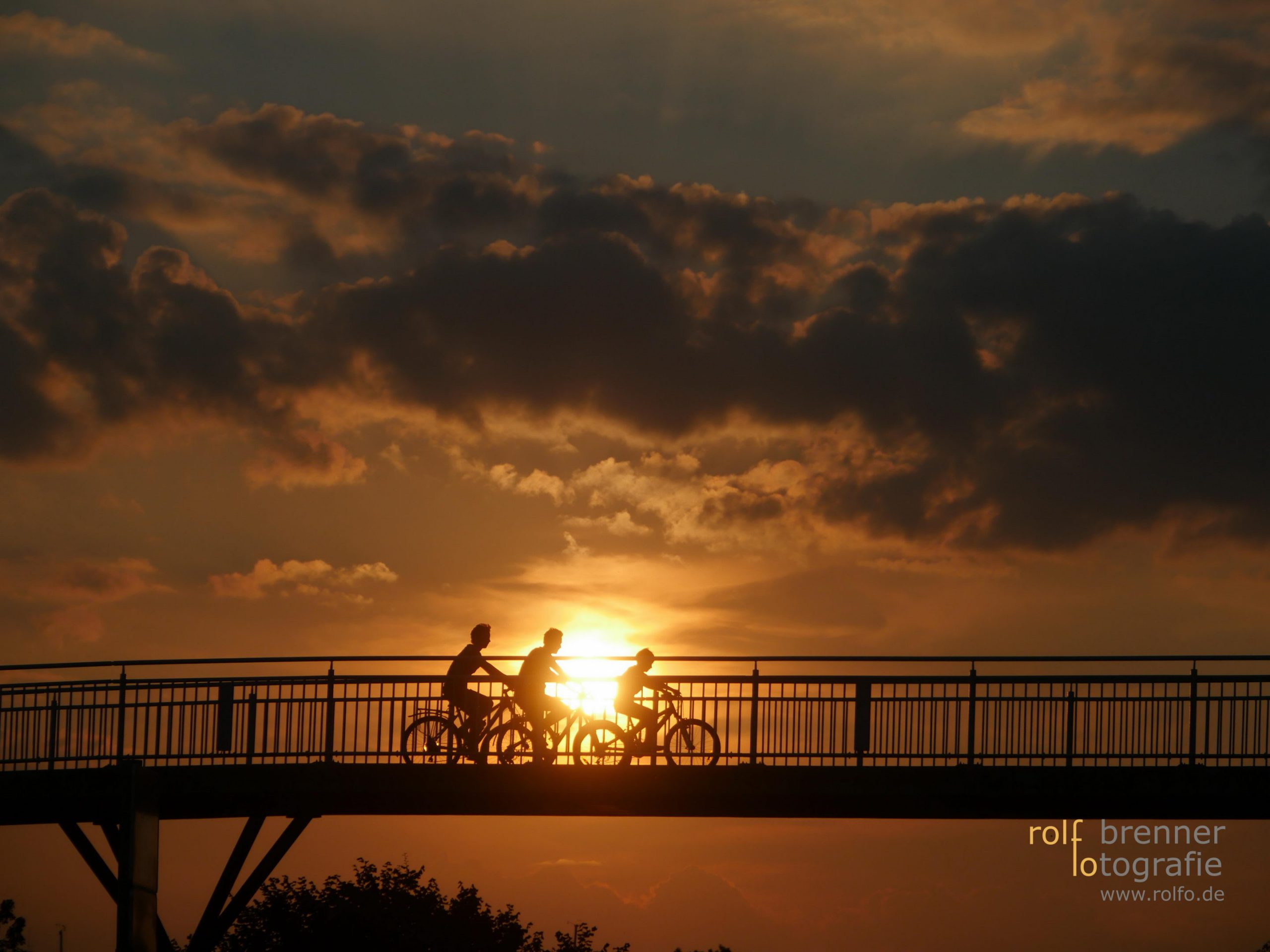 Fahrradfahrer auf der Sipplinger Fußgänger Brücke